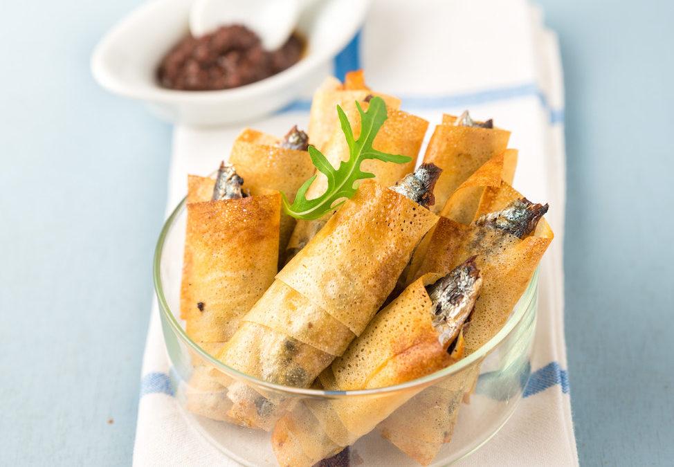 Enroulés croustillants de sardines, poivrons et tapenade